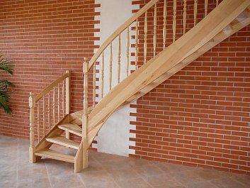 Dřevěné schody lomené